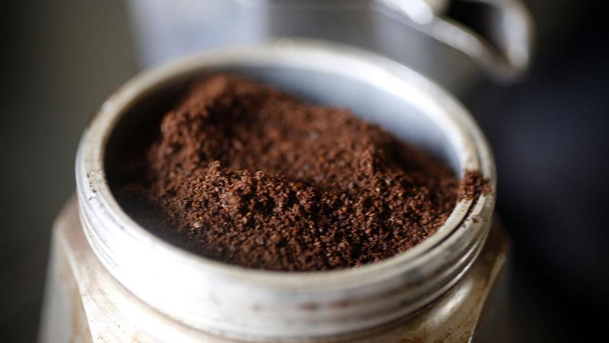 Llenando el filtro con café. Foto: Rama. https://es.wikipedia.org/wiki/Cafetera_moka#/media/File:Coffee_f3327912.jpg