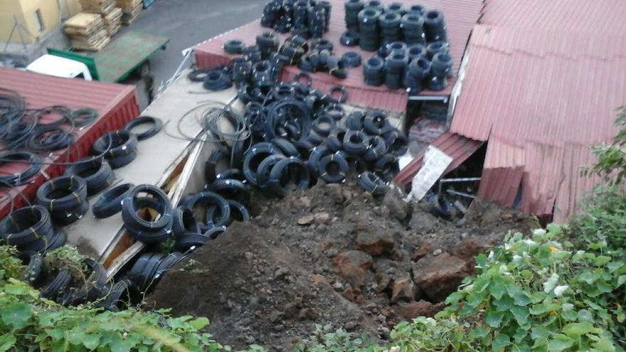 El desplome sobre el techo del local tuvo lugar en torno a las 00.30 horas de este lunes. Foto: BOMBEROS LA PALMA
