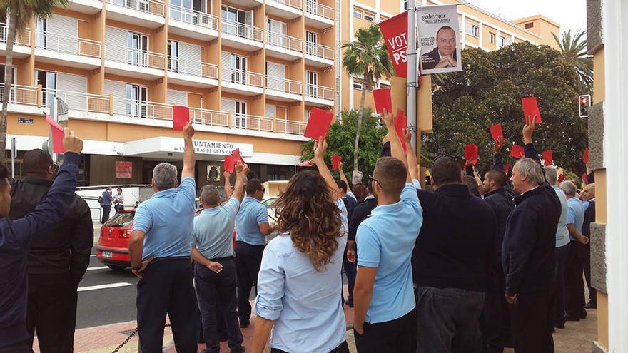 Más de 100 taxistas sacan la 'tarjeta roja' a Cardona en una concentración silenciosa. (Canarias Ahora).