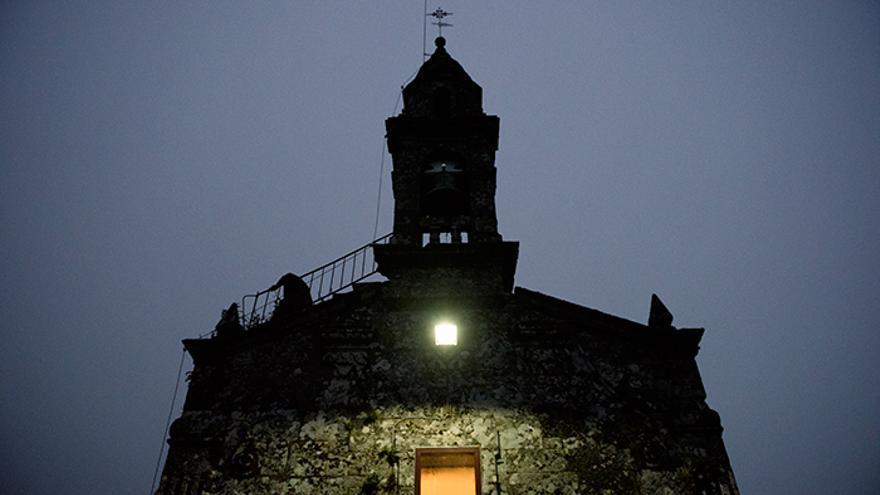 La Iglesia de San Lorenzo de Sabucedo da la llamada a las 6:30 de la mañana y comienza 'A rapa das bestas'. Foto: El caballo de Nietzsche