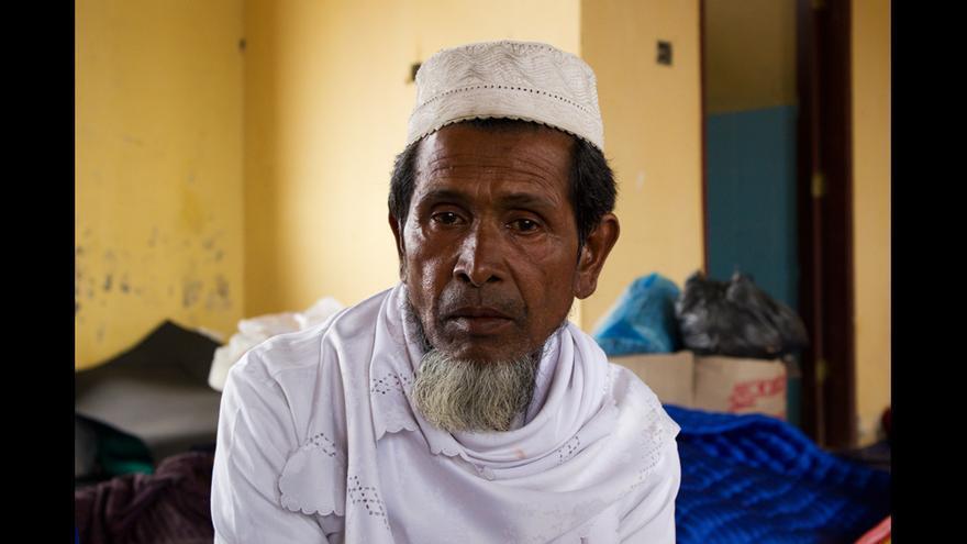 Refugiado rohingya en el campo de Kuala Cangkoi. El campo de Kuala Cangkoi, en la costa de Aceh, hospeda a 330 rohingyas. La población acehnesa ha recibido a los rohingyas con los brazos abiertos. Muchas familias de la zona se acercan a los campos a visitarlos y entregarles donaciones y a menudo los invitan a comer en sus casas. © Carlos Sardiña Galache / Yayasan Geutanyoe – A Foundation for Aceh.