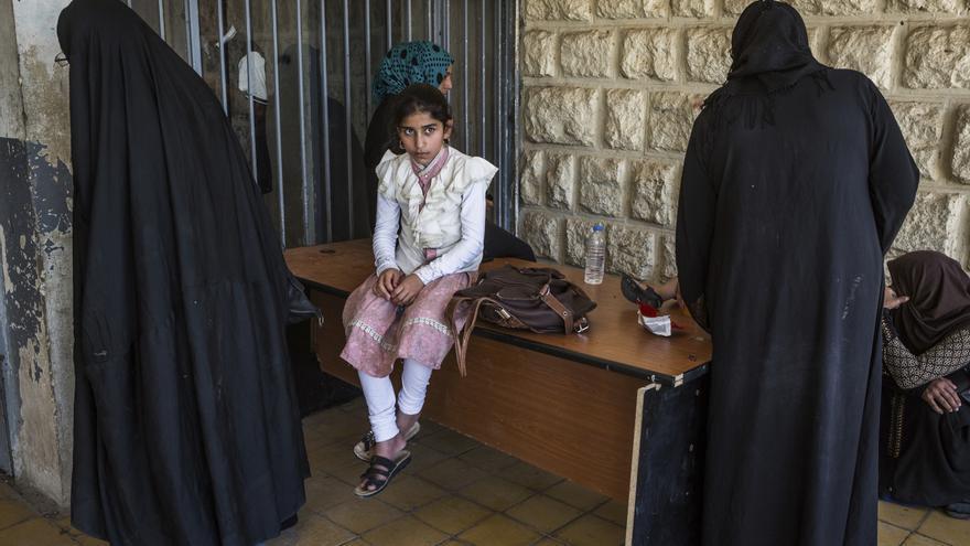 Varias personas se reúnen a las puertas de uno de los pocos tribunales que juzga casos contra militantes de ISIS y sus colaboradores en Mosul. Irak, 7 de junio de 2017.