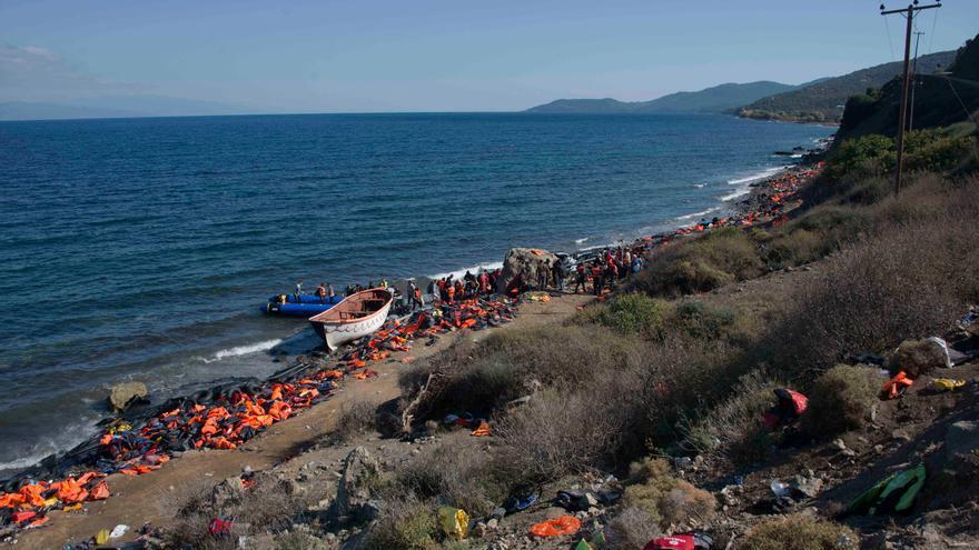 Una alfombra de chalecos salvavidas esparcidos por una playa de Lesbos / Juan Carlos Mohr