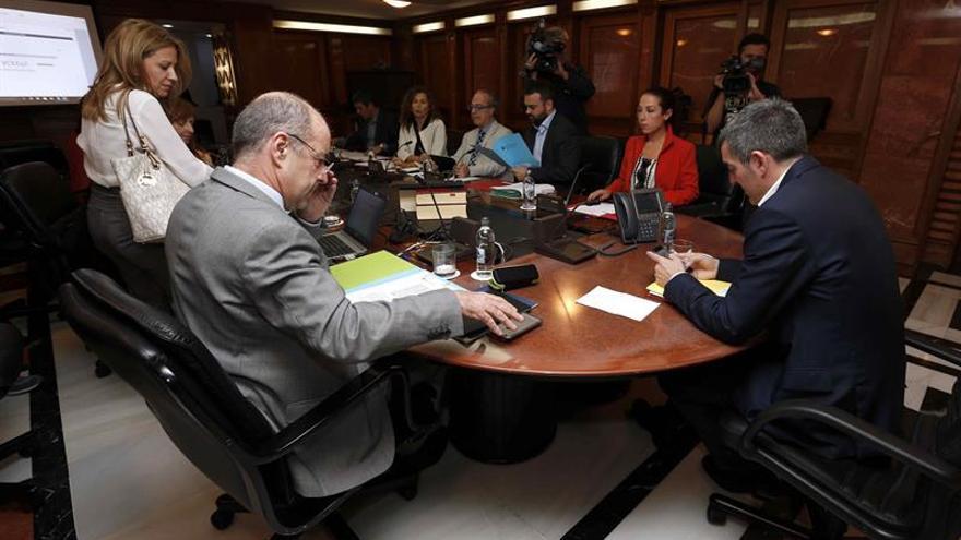El presidente del Gobierno de Canarias, Fernando Clavijo (d); la vicepresidenta, Patricia Hernández (2d), y los consejeros de Economía, Pedro Ortega (2i); y Sanidad, Jesús Morera (4d), durante la reunión del Consejo de Gobierno.