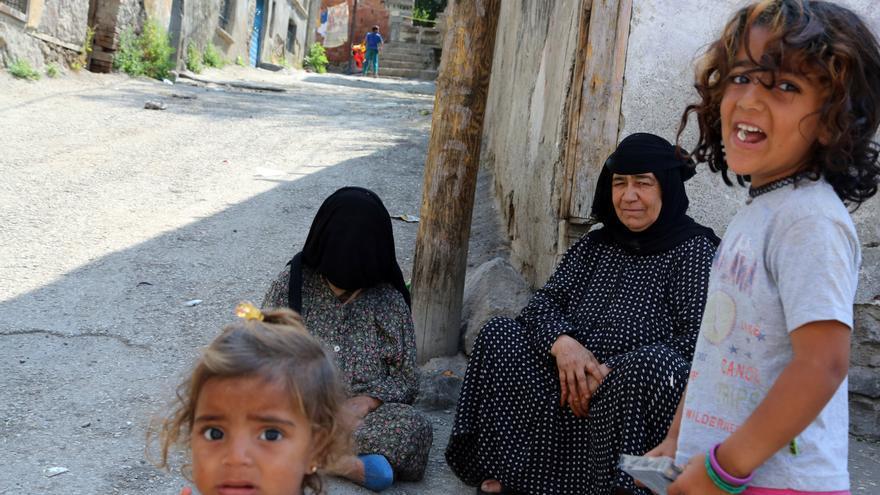 Refugiados sirios esperan frente a un edificio abandonado en el barrio Haci Bayram en Ankara. Se calcula que el número de refugiados sirios en Turquía se aproxima a los dos millones, pero sólo unos 200.000 de ellos viven en campamentos de refugiados.