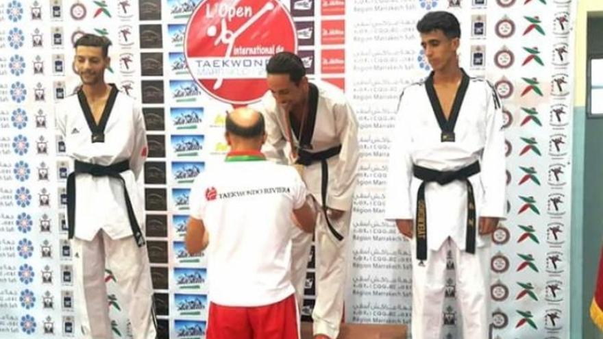 Anouar Boukharsa recogiendo la medalla que acabaría en el fondo del mar.