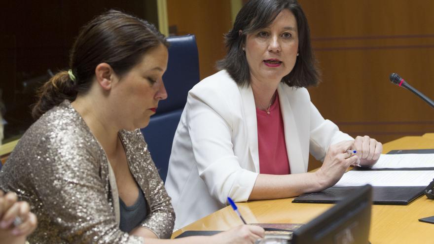 Alba Urresola, de blanco, junto a Larraitz Ugarte, presidenta de la comisión de investigación