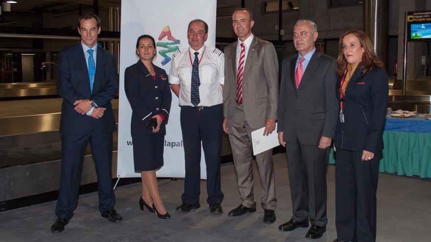 En la imagen, el consejero insular de Turismo (centro), el director del Aeropuerto (izquierda) y el director insular de la Administración General del Estado (segundo por la derecha) junto con los miembros de la tripulación del avión de Norwegian.