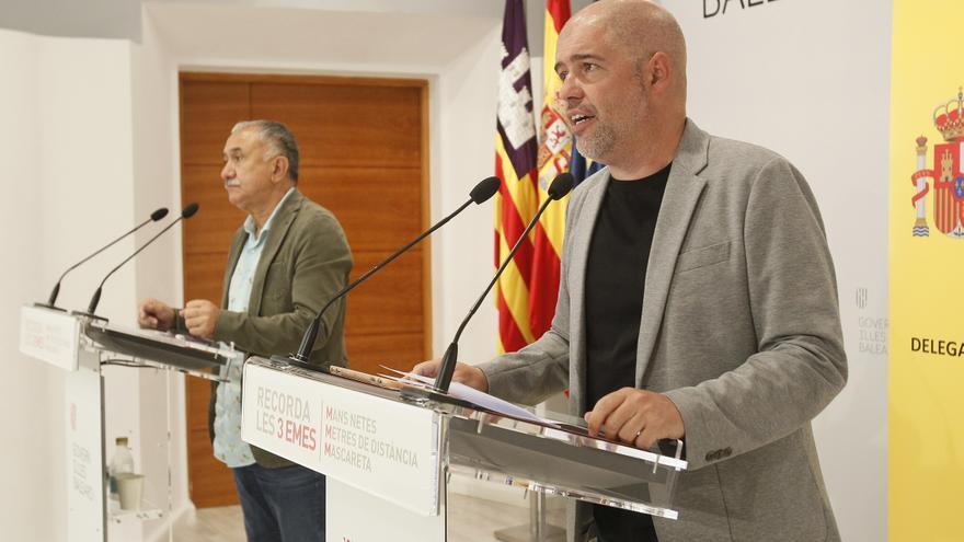 (I-D) El secretario general de UGT y el de CCOO, Pepe Álvarez y Unai Sordo, ofrecen declaraciones a los medios de comunicación tras la celebración de la Mesa de diálogo social en la sede de la Presidencia del Govern balear, en Palma de Mallorca, Islas Bal