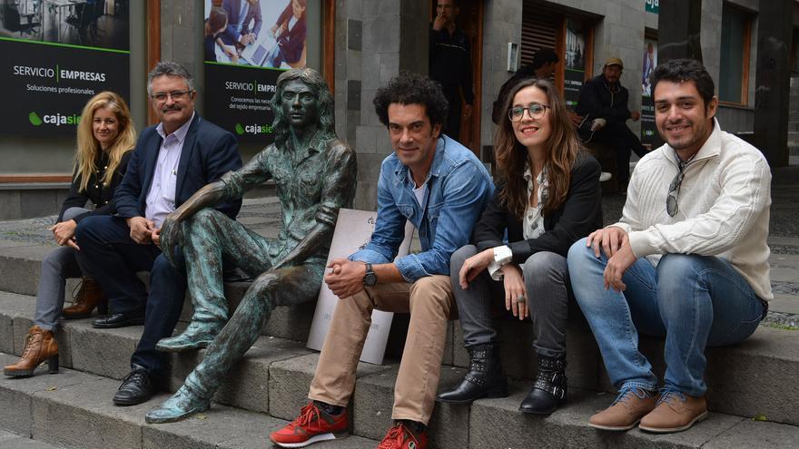 Los protagonistas de la rueda de prensa junto a la escultura de Félix Francisco Casanova.