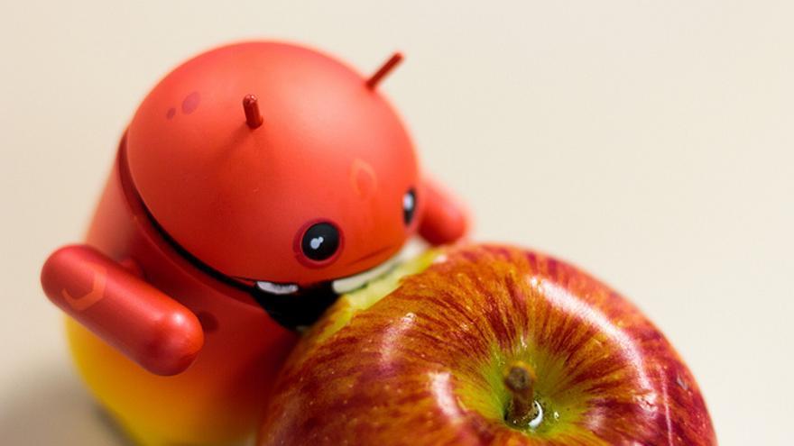 Un Android rojo envenenándose con una manzana