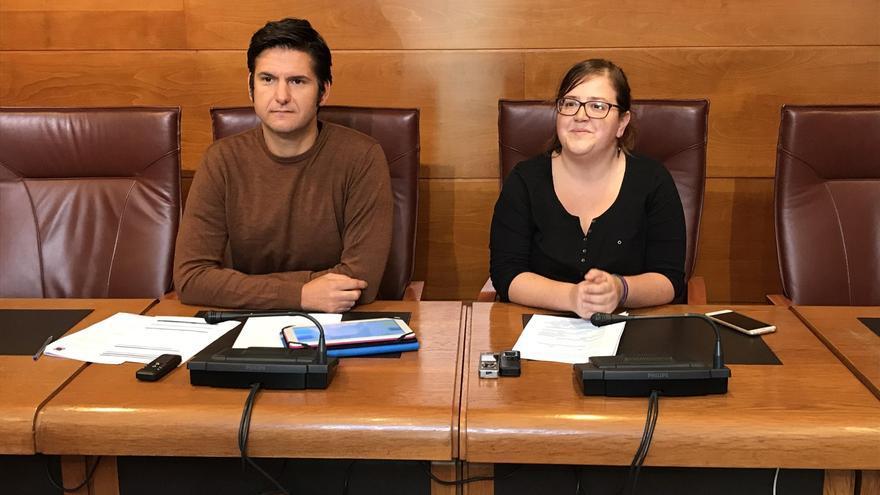 Alberto Gavín y Verónica Ordóñez en el Parlamento de Cantabria.