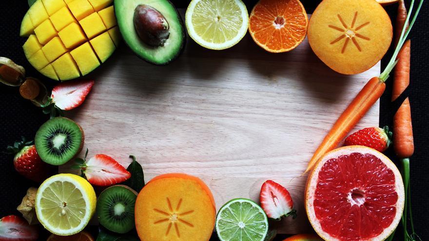 La alimentación y el sol son los principales proveedores de vitaminas al organismo.
