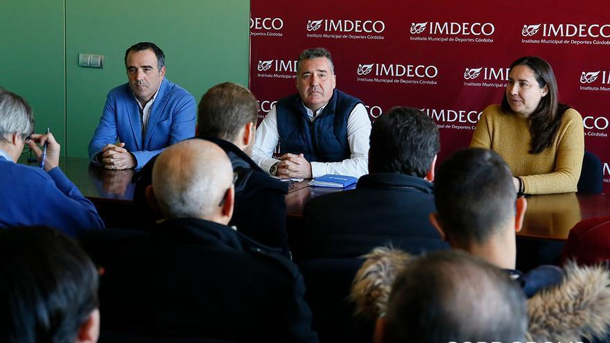 La exgerente, a la derecha, junto al presidente, en el centro | ÁLEX GALLEGOS