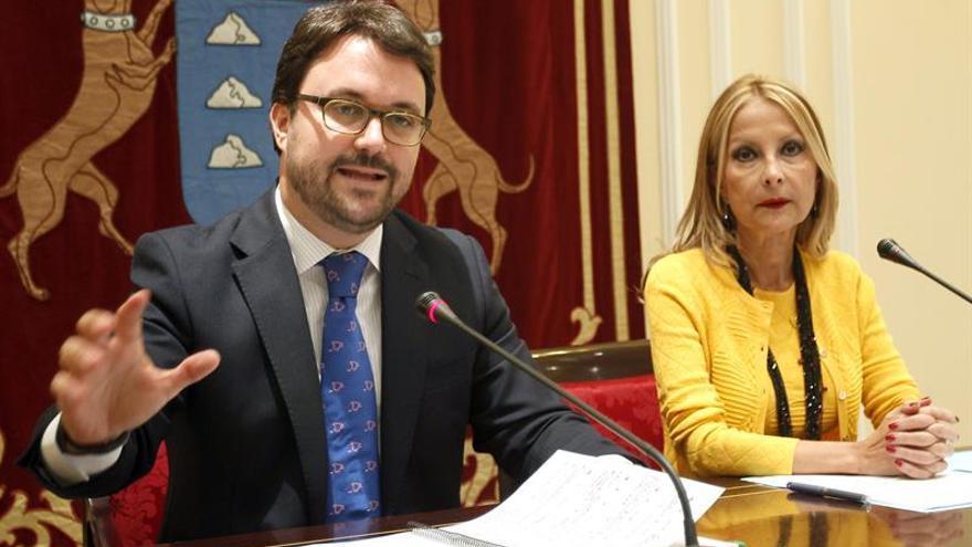 El presidente y la portavoz del grupo popular, Asier Antona y María Australia Navarro. EFE/Cristóbal García