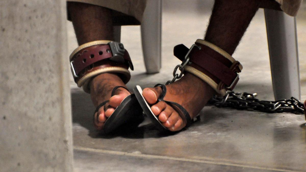 """Un detenido de Guantánamo con los pies encadenados asiste a una clase de """"Habilidades para la vida"""" dentro del centro de detención de Guantánamo"""