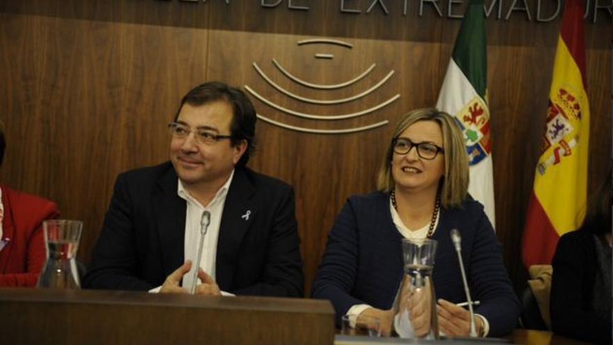 El presidente de la Junta, Guillermo Fernández Vara, junto a la presidenta de la Asamblea, Blanca Martín, durante el acto institucional contra la violencia de género.