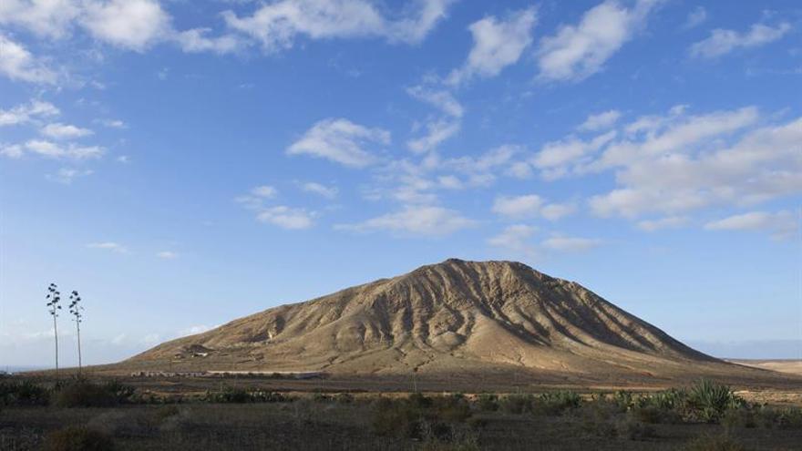 Vista de la montaña de Tindaya en el municipio de La Oliva