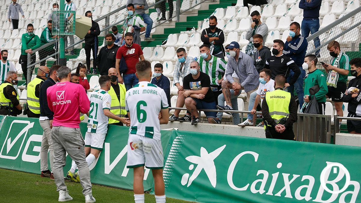 Jugadores del Córdoba dialogan con aficionados