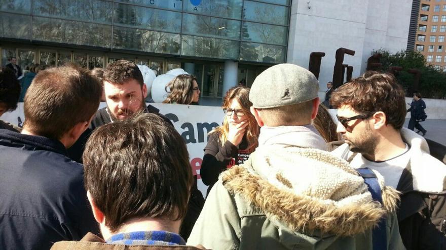 Miembros de la campaña CIEsNo atienden a los medios a las puertas de la Ciudad de la Justicia