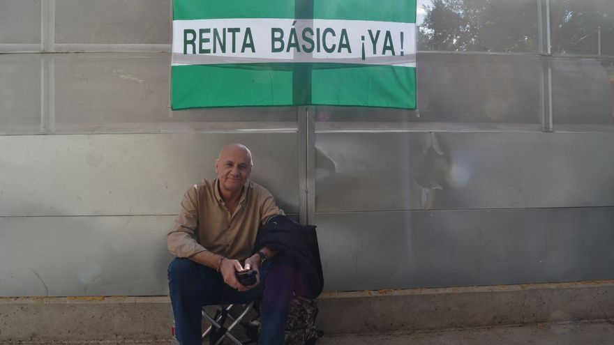 Francisco Vega, poco después de comenzar la huelga, frente a la Delegación del Gobierno en Málaga | N.C.