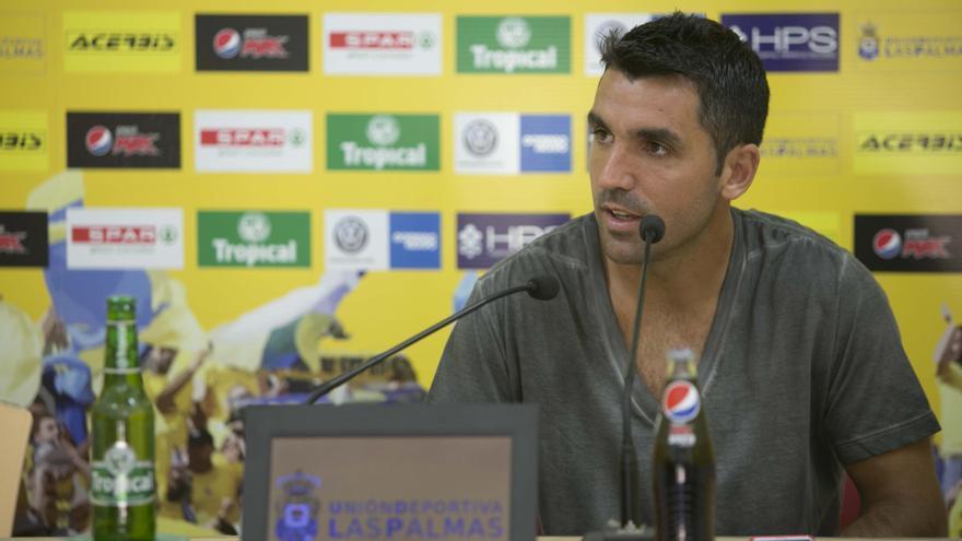 El centrocampista argentino, Juan Emmanuel, durante una rueda de prensa en el Estadio de Gran Canaria. (udlaspalmas.es).
