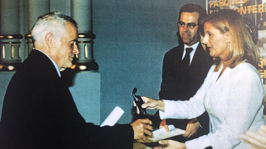 Marco, en 1999, recibiendo un galardón  por su contribución al Parque Nacional de La Caldera de Tabutiente parte de la entonces ministra de Medio Ambiente, Isabel Tocino l.