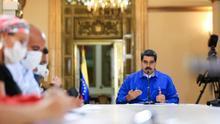 Fotografía cedida por Prensa Miraflores donde se observa al presidente de Venezuela, Nicolás Maduro, sostener una reunión con miembros de su gabinete hoy lunes en Caracas (Venezuela).