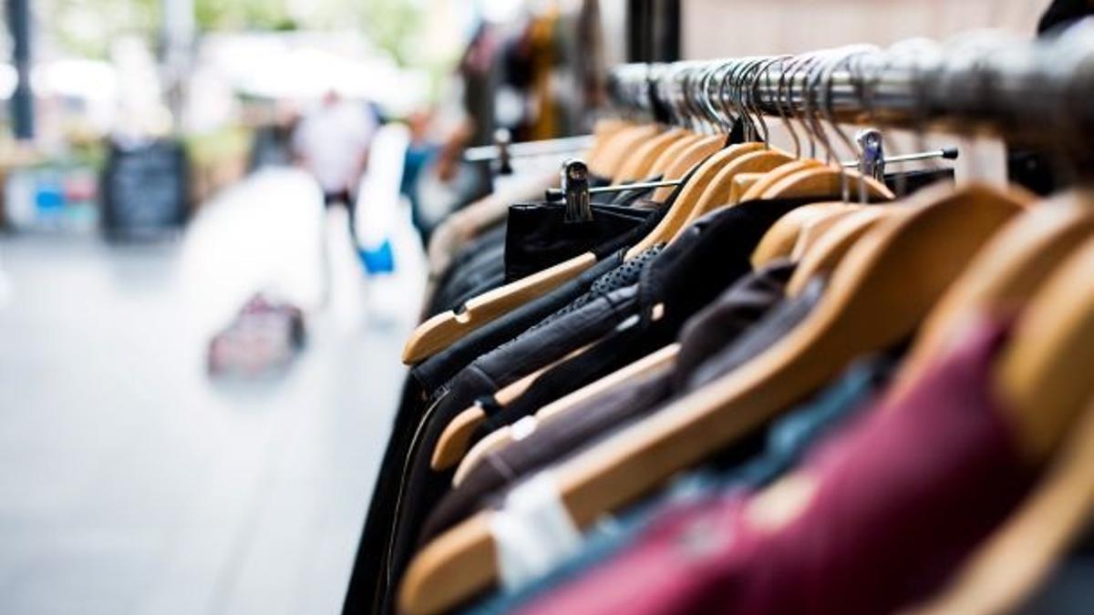 Interior de un comercio de ropa.- Archivo