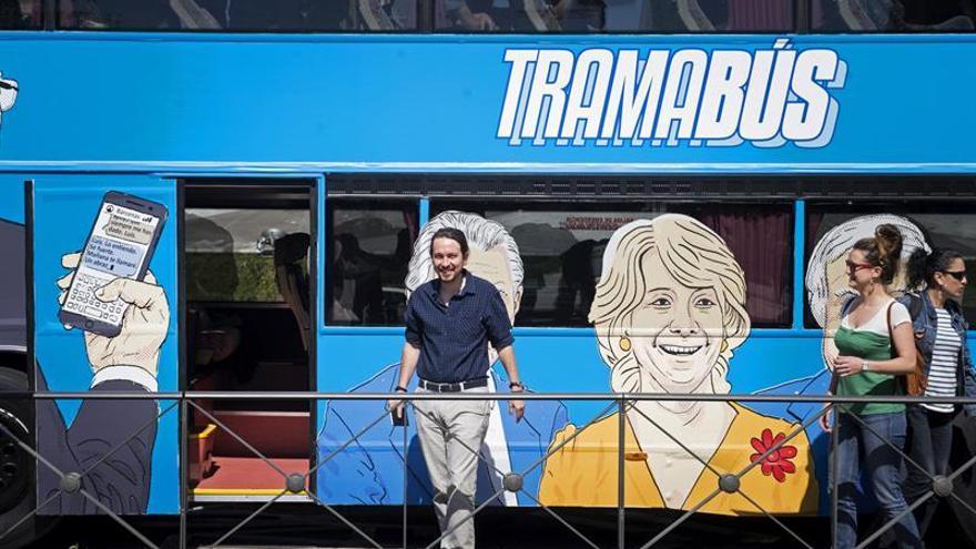 """Podemos pone a circular un autobús señalando a las caras de """"la trama"""""""