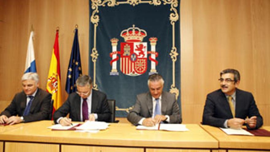 El ministro de Fomento firma dos convenios con el Gobierno de Canarias y el Cabildo de Gran Canaria.(ACFI)