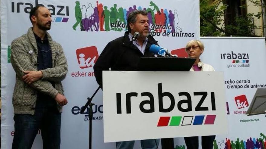 Juantxo López de Uralde (en el centro) durante el acto de Irabazi en San Sebastián.