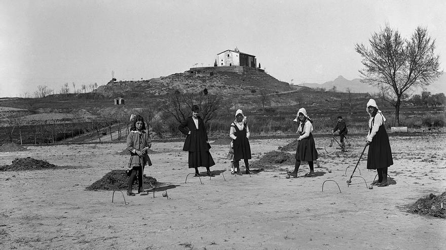 Jugando al croquet en el cerro de San Jorge.