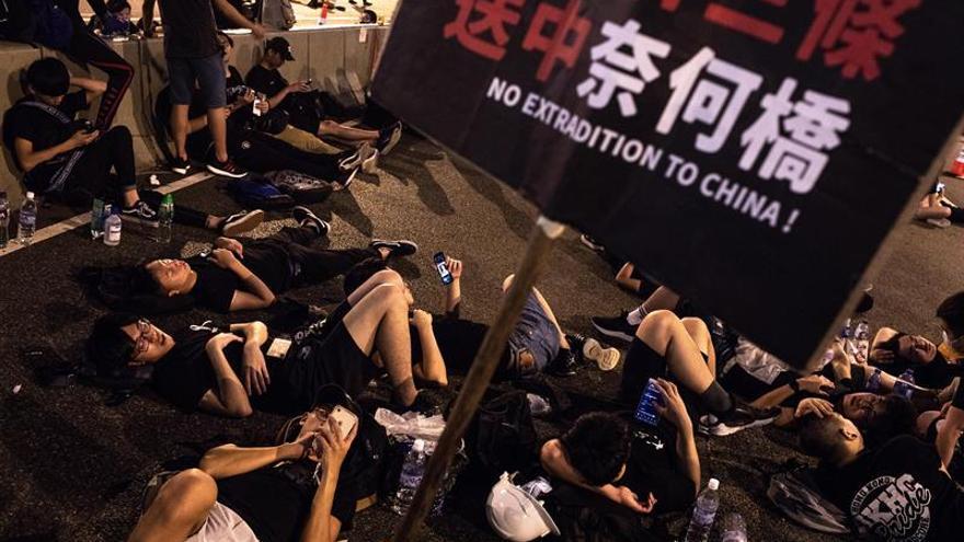 Les manifestants défilent pour demander le retrait complet du projet de loi sur l'extradition.