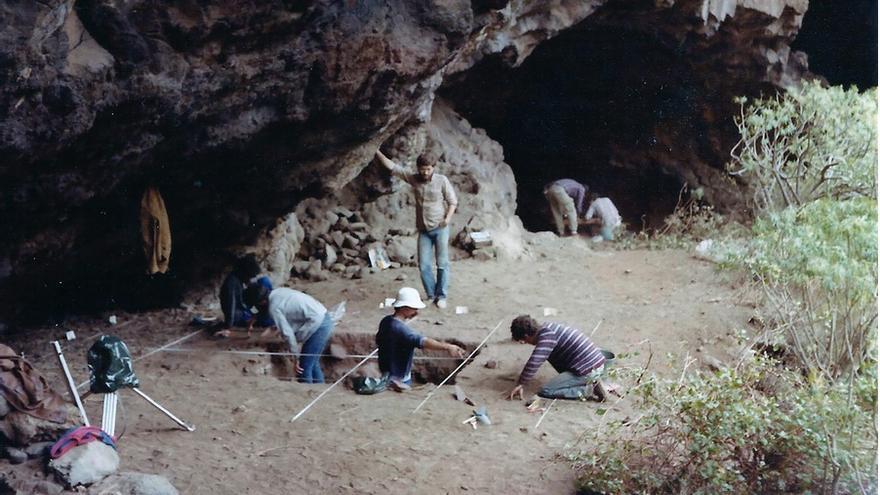 Campaña de excavación de 1985 en el Área B de El Tendal (Foto E. Martín y J. Navarro).
