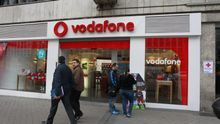 Vodafone España reconoce un retroceso del negocio por salir del fútbol y arrastra los resultados de su matriz