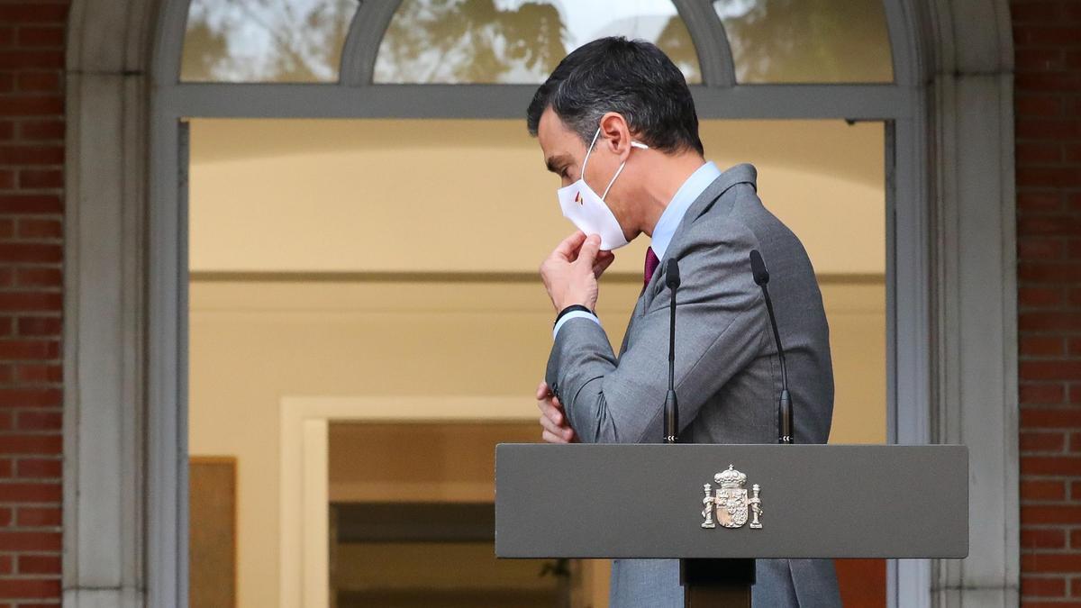 El presidente del Gobierno, Pedro Sánchez, se pone la mascarilla tras su comparecencia sobre los indultos