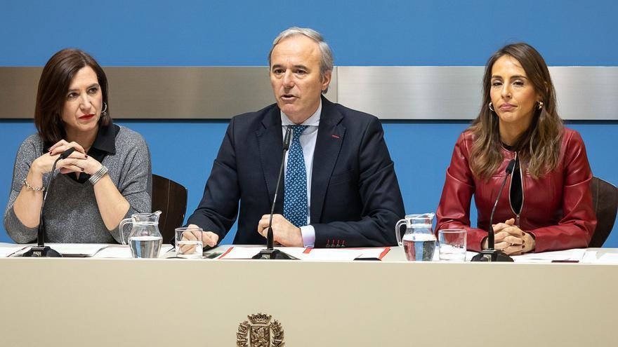 El alcalde Azcón flanquedado por la vicealcaldesa Sara Fernández (Cs), a la izquierda, y la responsable de Hacienda, María Navarro (PP).