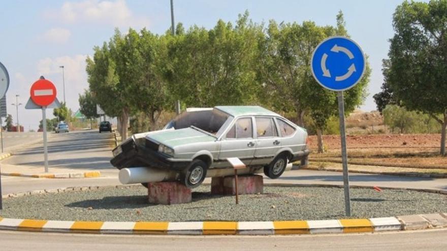 `El coche partido´ (en la puerta de la Universidad de Murcia)