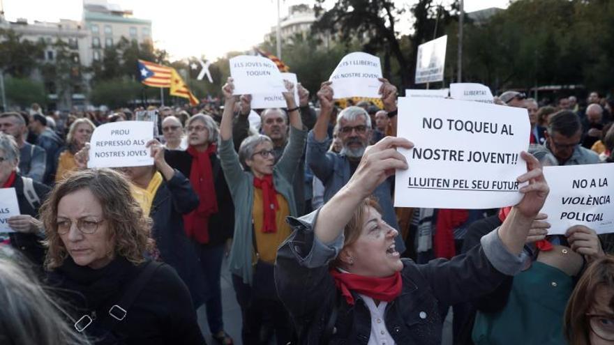 """Centenares de personas, la mayoría estudiantes, profesores, padres y madres de alumnos se manifiestan en Barcelona convocados por el Sindicat d'Estudiants, en una protesta a la que se han adherido otros sindicatos y colectivos  soberanistas, para expresar su rechazo a lo que consideran """" represión contra los jóvenes"""" por parte de la policía."""