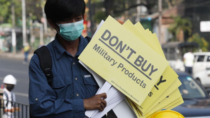 Cargas policiales contra las manifestaciones en rechazo de la junta birmana