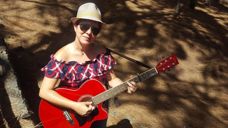 La cantante Lorena Alonso con su guitarra.