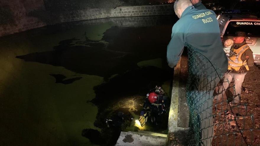 Grupo de Especialistas de actividades subacuáticas realizan una inmersión en un estanque en Teror para buscar a un desaparecido.
