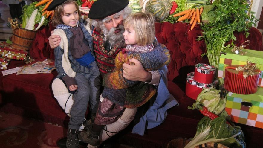 """Olentzero dice a los niños que estén """"muy tranquilos"""" porque hay """"regalos para todos"""" y carbón para """"algún mayor"""""""