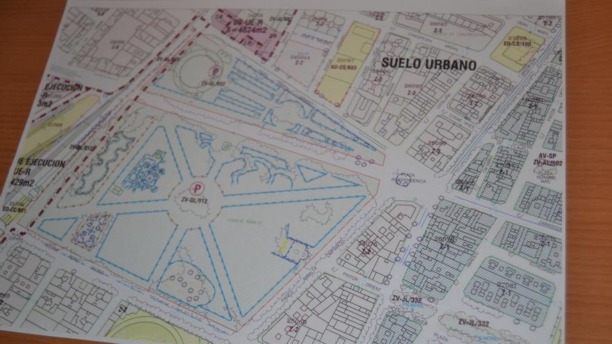 """La cruz de los caídos del parque Ribalta está dirigida hacia Huerto Sogueros y la avenida Rey Don Jaime. Un lugar """"estratégico"""", según el arquitecto Francisco Grande."""