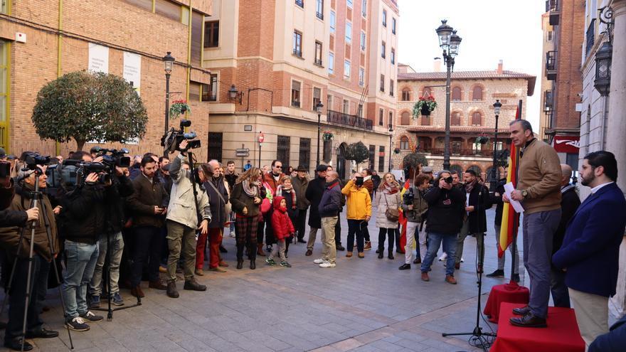 Ortega Smith en su intervención en la puerta del Ayuntamiento de Teruel ante los medios de comunicación y pocos asistentes.