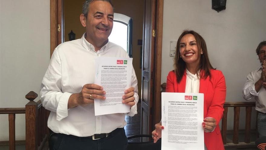 Sebastián Martín (Primero Arico) y Olivia Delgado (PSOE), tras pactar para que la socialista ocupase la Alcaldía de Arico, Tenerife.