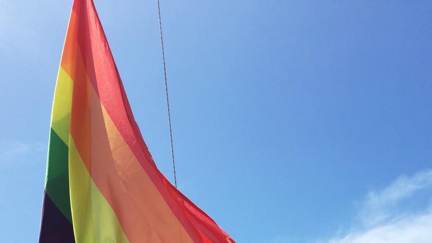 Acto de arranque del ARN Culture & Business Pride 2017, con el izado de la bandera LGTB en Las Vistas