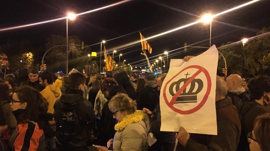 Manifestantes protestan por la visita de la familia real a Barcelona