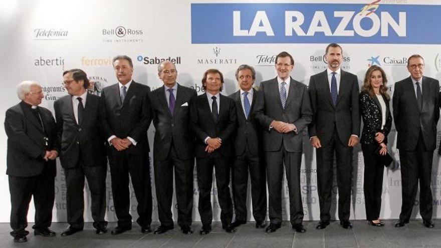 Los reyes y Mariano Rajoy, con la plana mayor de La Razón.